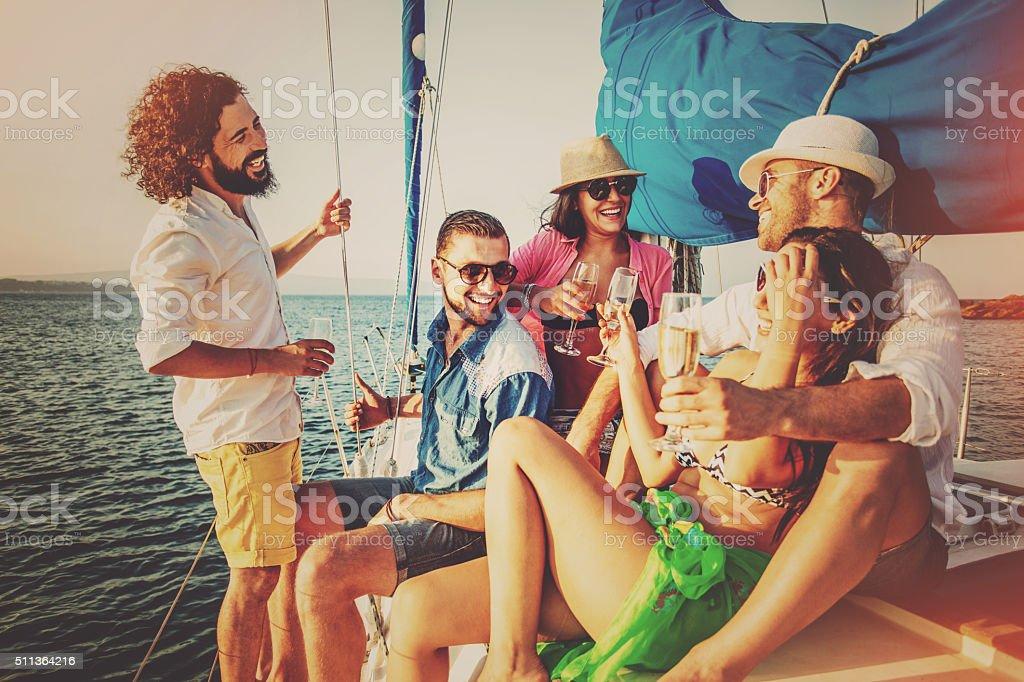 Verão de comemoração com champanhe num iate - fotografia de stock