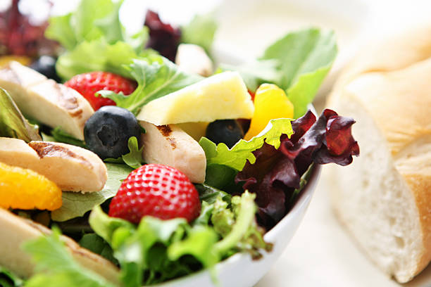 sommer-hähnchen-salat - ananas huhn salate stock-fotos und bilder