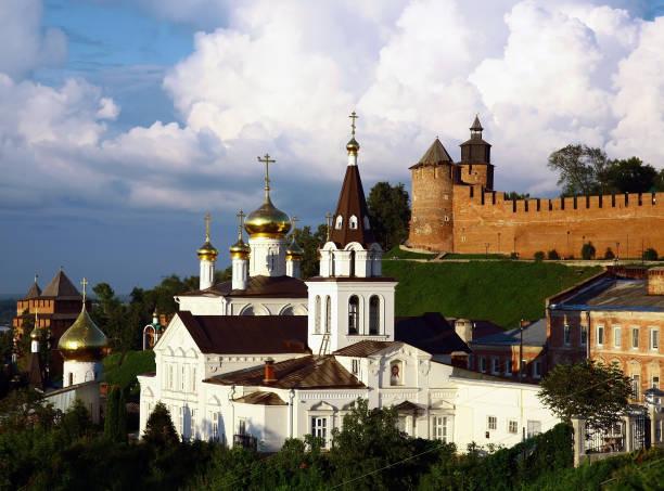 Sommerstadtbild des Kremls und der orthodoxen Kirche – Foto