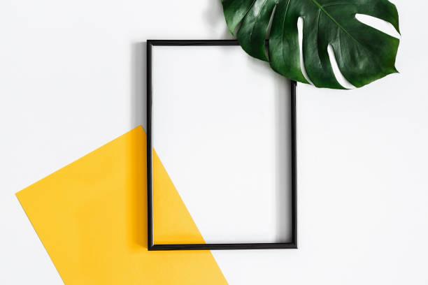 sommer-komposition. tropischen palmblätter, gelbes papier leer, fotorahmen auf pastell grau hinterlegt. sommer-konzept. flach legen, top aussicht, textfreiraum - schöne bilderrahmen stock-fotos und bilder
