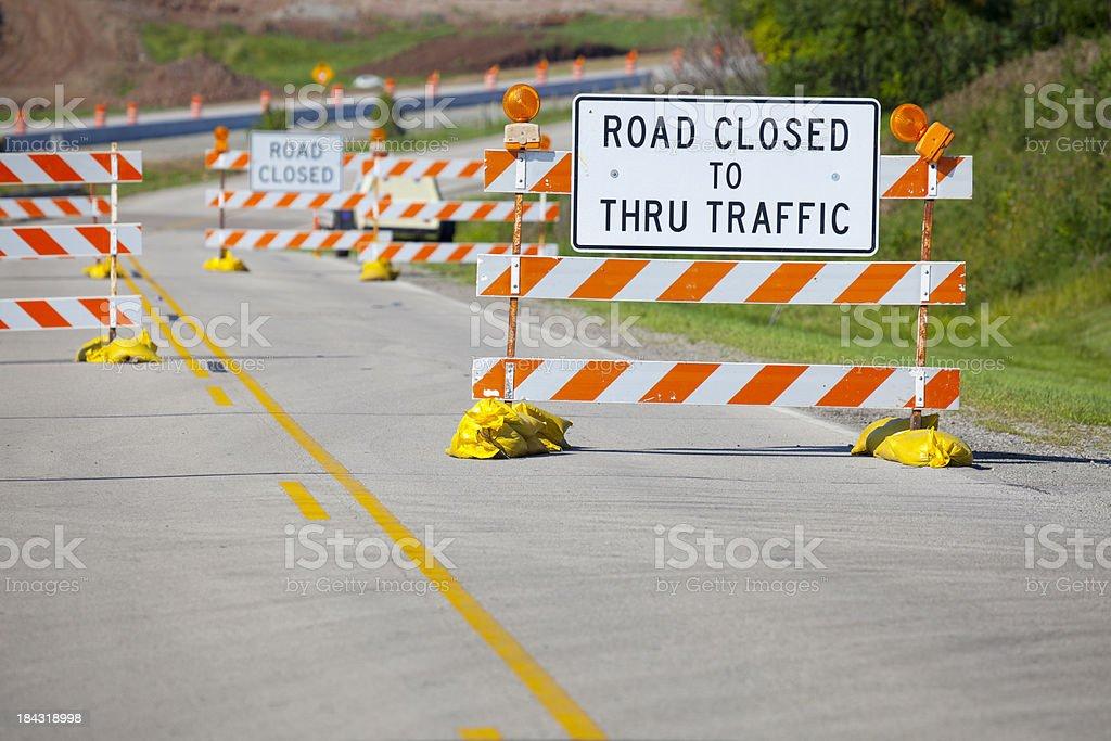 Construção de verão e as placas de Rua Fechada bloquear Street - foto de acervo