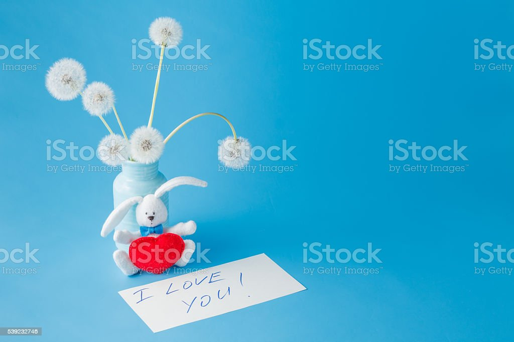 Summer dandelions and paper with words 'I love you' foto de stock libre de derechos