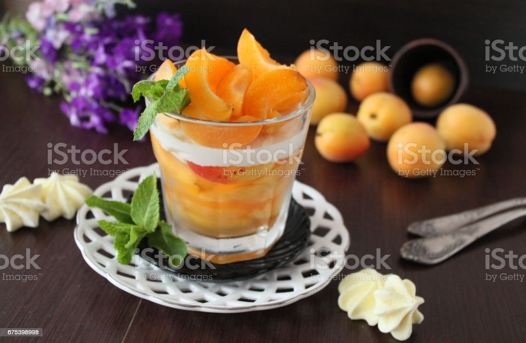 summer dessert with apricots and yoghurt photo libre de droits