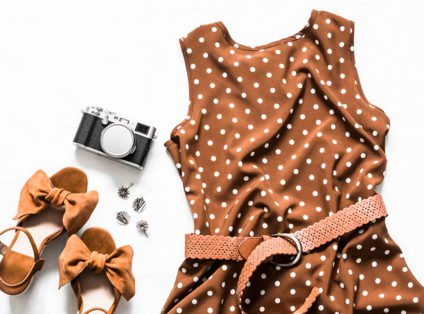 Sommerkleid mit Polka Dots ohne Ärmel, Wildleder Keil Sandalen, Ohrringe, Kamera auf einem hellen Hintergrund, Top-Ansicht. Damenbekleidung Beauty-Konzept – Foto