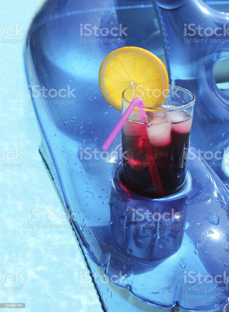 De una bebida en la piscina de verano - foto de stock