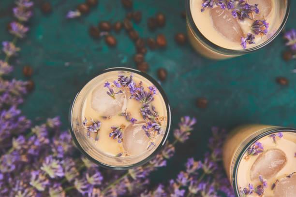 Sommergetränk Eiskaffee mit Lavendel im Glas – Foto