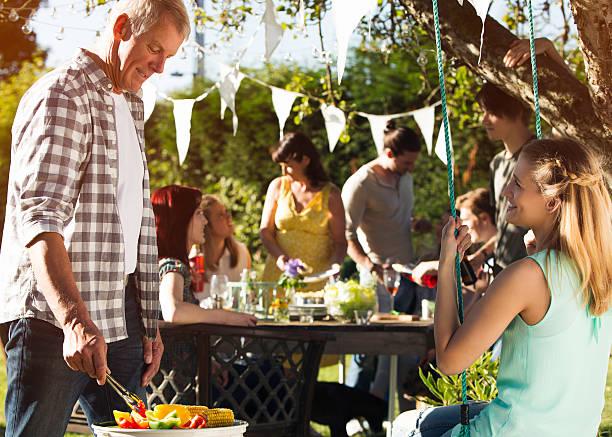 sommer-barbecue - tagesgericht stock-fotos und bilder