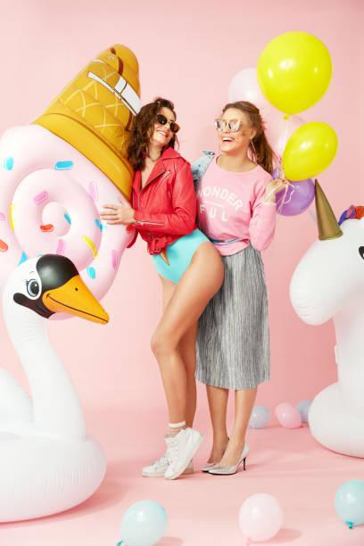 sommer-mode. schöne frauen in bunten kleidern - eis ballons stock-fotos und bilder
