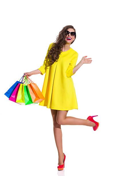 sommer mode shopping - kleider günstig kaufen stock-fotos und bilder