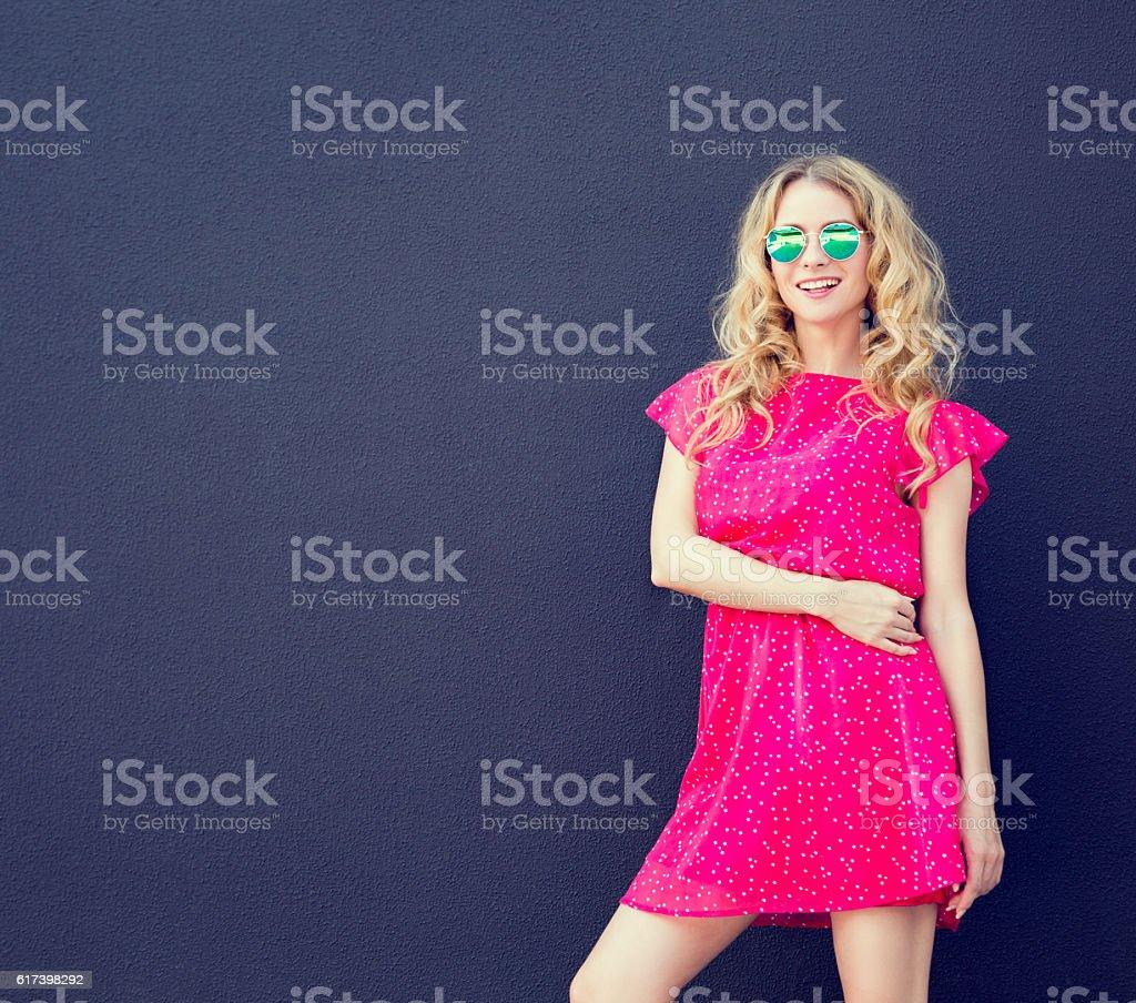 Summer Fashion Woman in Pink Dress at Dark Wall – Foto