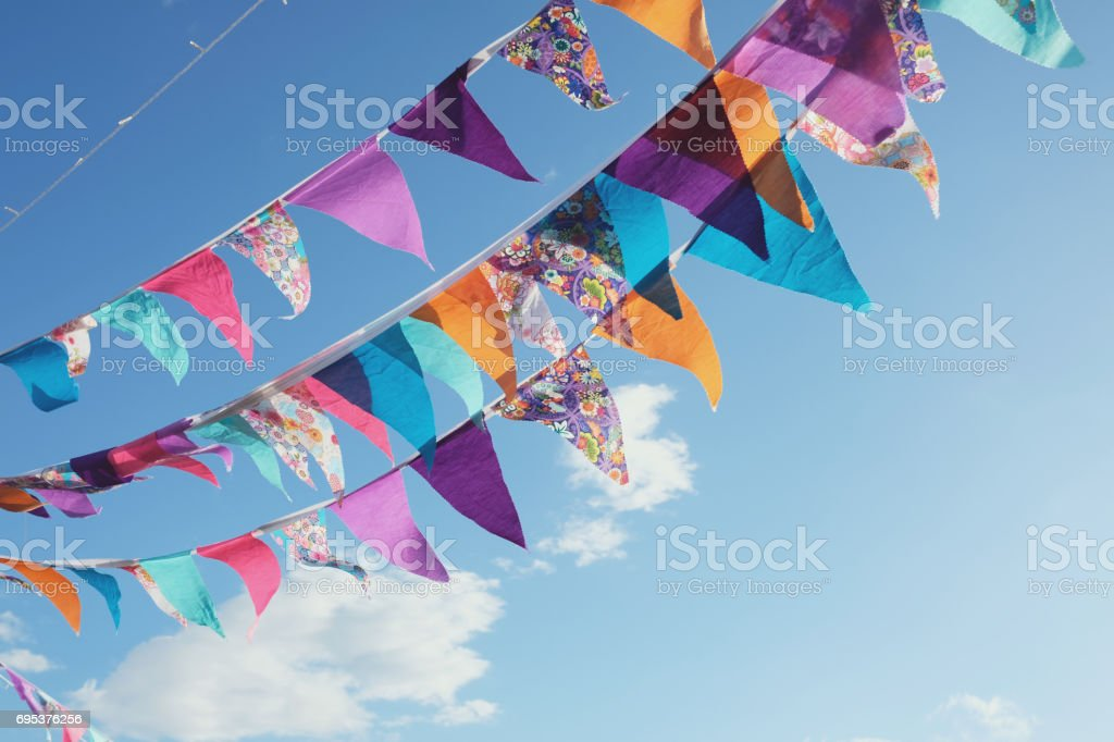 Summer festive colorful bunting and blue sky - fotografia de stock