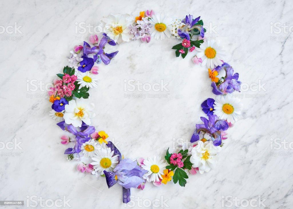 yaz çiçek çelenk mermer bir tablo stok fotoğrafı