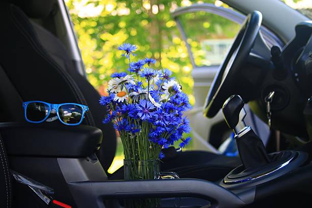 Verano de flores en el coche - foto de stock
