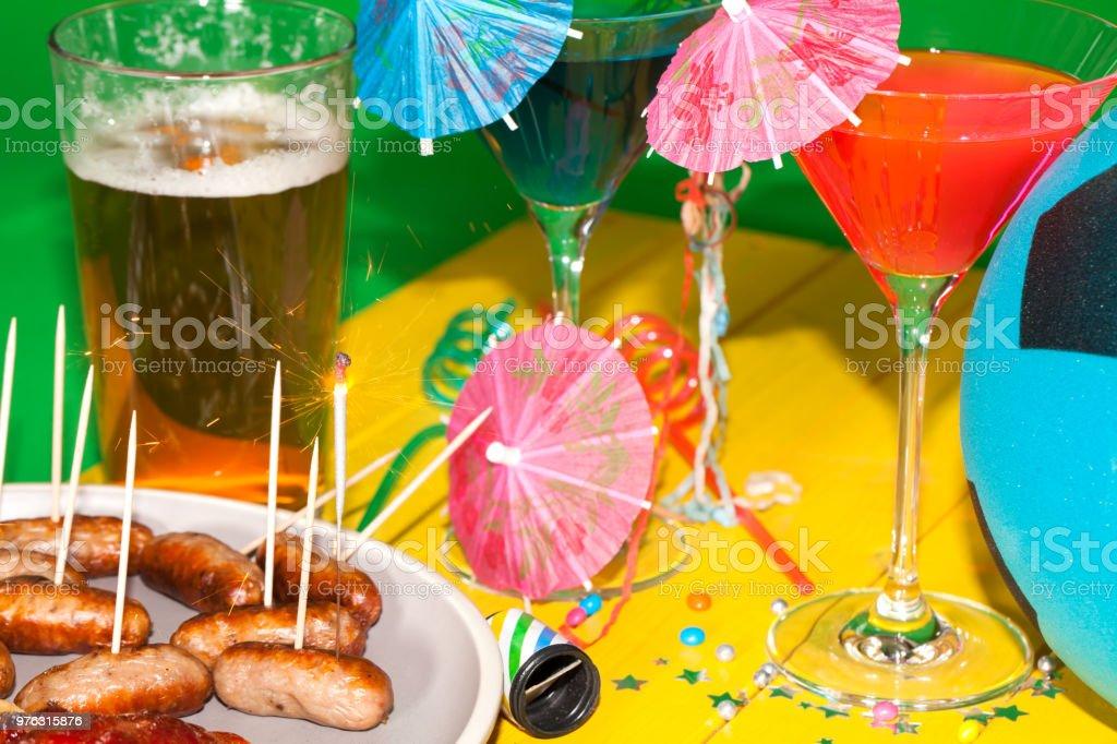Partie de football de barbecue d'été. Table cocktails, saucisses et bières. - Photo