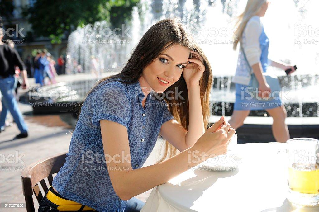 Estate, Fontana, bella giovane donna sorridente, mangiare il gelato, birra. - foto stock