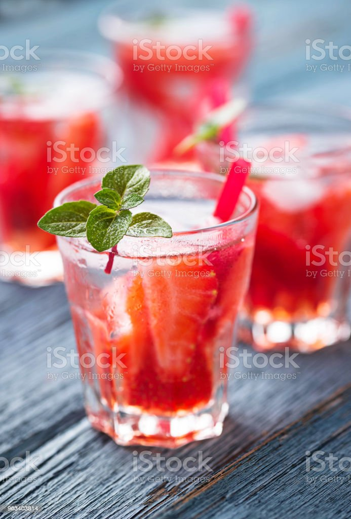 Summer fresh drink strawberry lemonade - Zbiór zdjęć royalty-free (Alkohol - napój)