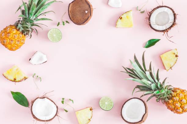yaz meyve kompozisyonu pembe bir arka plan. düz yatıyordu, en iyi görünümü - hindistan cevizi tropik meyve stok fotoğraflar ve resimler
