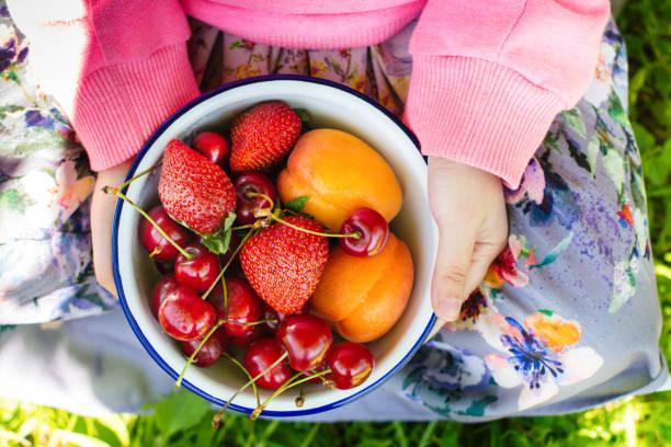 Fruits d'été et berris dans un bol - Photo