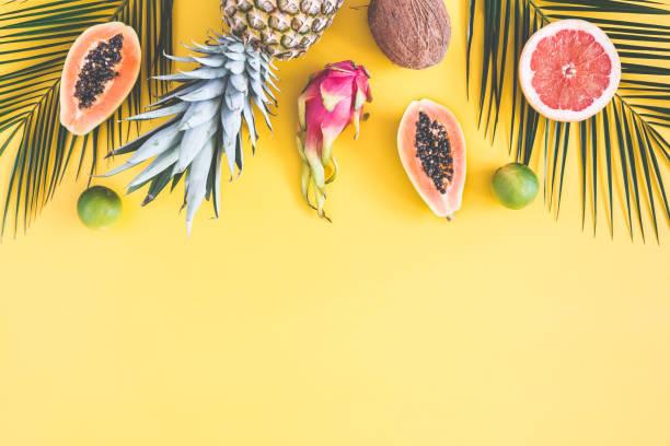 노란색 바탕에 여름 과일입니다. 평면 위치, 최고 보기 - 열대 과일 뉴스 사진 이미지