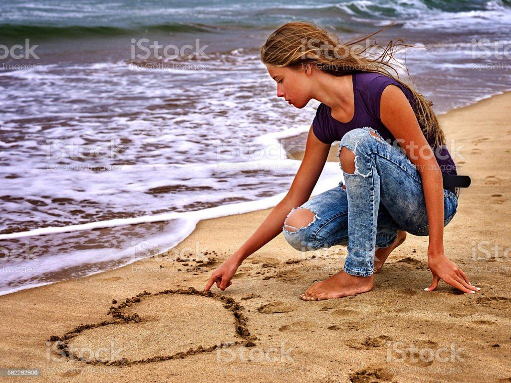 Летняя девушка море, вид на воду стоковое фото