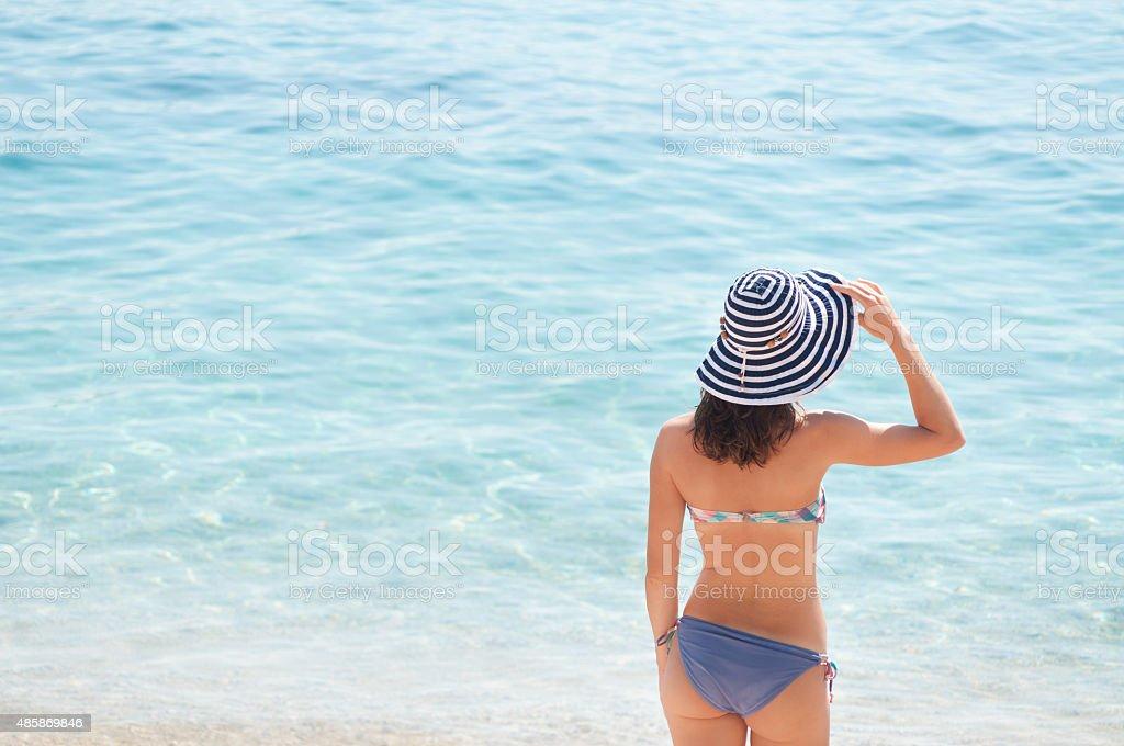 Menina com chapéu de Verão na praia - fotografia de stock