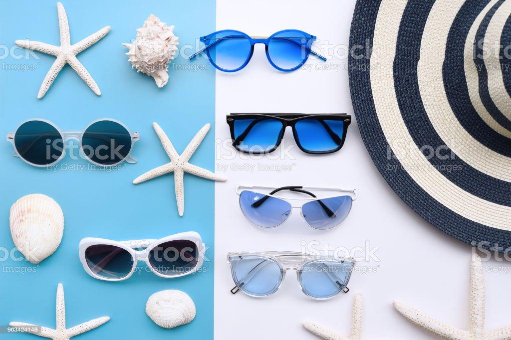 Letni kapelusz i okulary przeciwsłoneczne - Zbiór zdjęć royalty-free (Akcesorium osobiste)