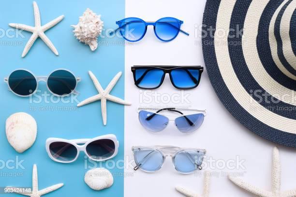 Letni Kapelusz I Okulary Przeciwsłoneczne - zdjęcia stockowe i więcej obrazów Akcesorium osobiste
