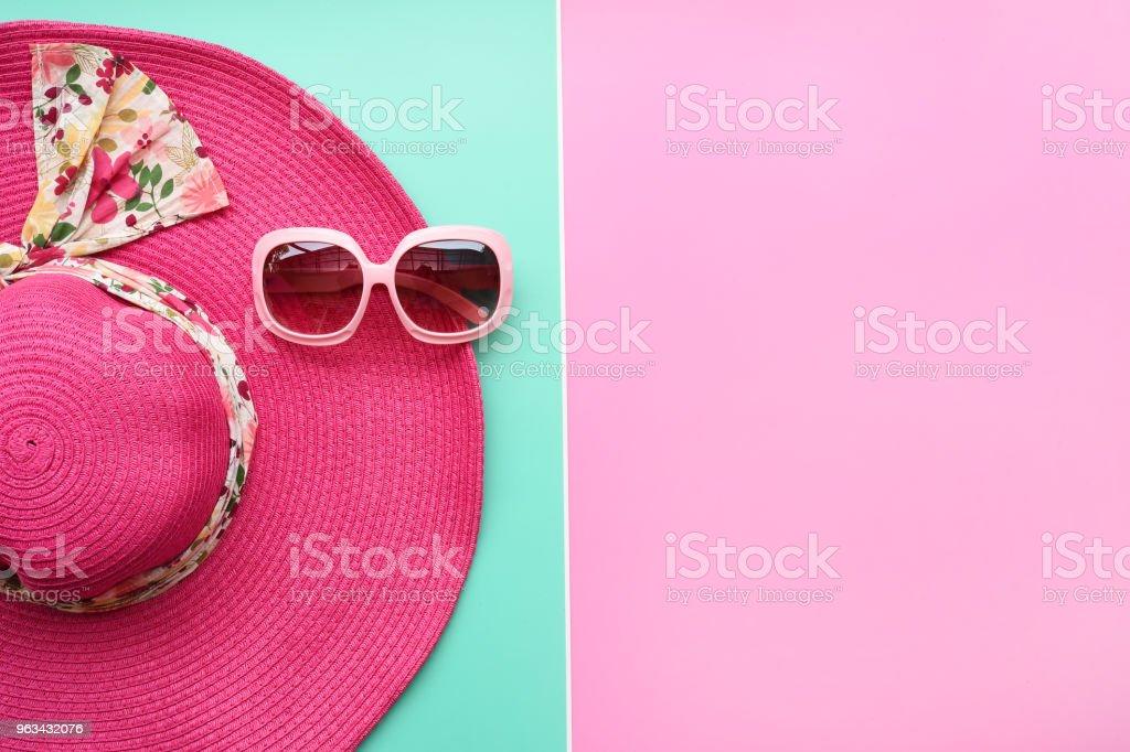 Summer hat and sunglasses - Zbiór zdjęć royalty-free (Akcesorium osobiste)