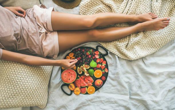 きれいなベッド コンセプト コピー スペースで朝食を食べて健康夏 - ローフード ストックフォトと画像