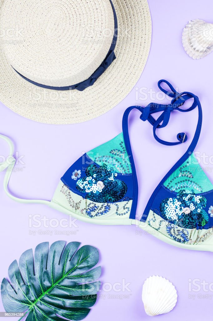 Sommer Urlaub Hintergrund. Tropischer Sommer Konzept mit Mode-Accessoires, Bikini, lässt auf hellem Hintergrund. - Lizenzfrei Accessoires Stock-Foto
