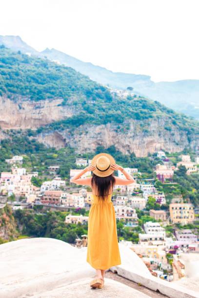 Sommerurlaub in Italien. Junge Frau in Positano Dorf im Hintergrund, Amalfiküste, Italien – Foto
