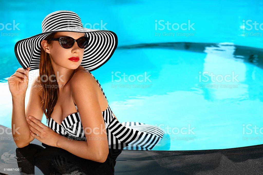 Sommer Urlaub. Reisen Urlaub. Schöne Frau am Swimmingpool – Foto