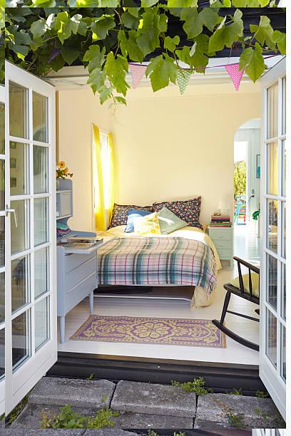 summer in the small house - cottage schlafzimmer stock-fotos und bilder
