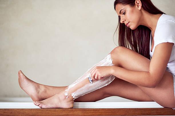 summer legs, here i come - feminine badezimmer stock-fotos und bilder