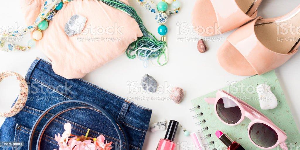 夏のライフ スタイルの女性服のフラットを置く ストックフォト