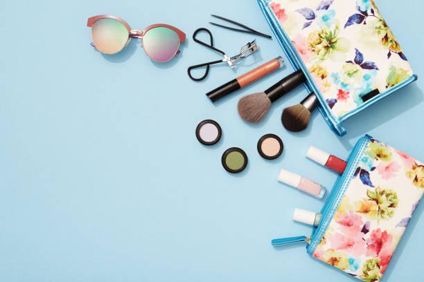 maquillage d'été plat poser pour vacances à la plage - maquillage et cosmétiques photos et images de collection