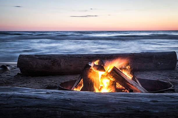 ricordi estivi di un falò sulla spiaggia. - falò spiaggia foto e immagini stock