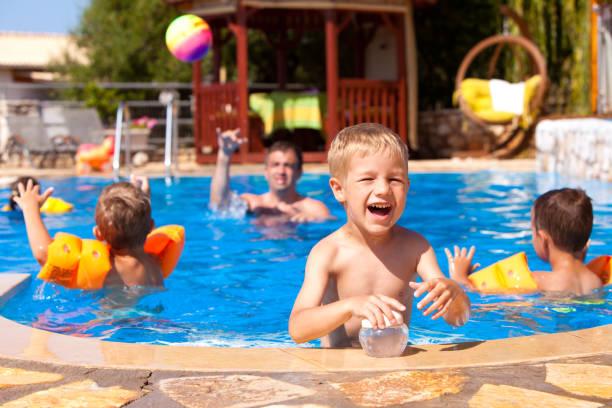 Fête estivale au bord de la piscine - Photo