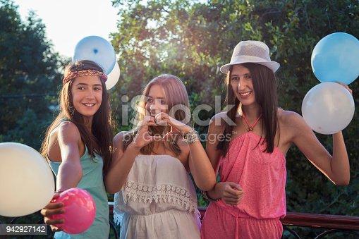 699427744 istock photo Summer Party 942927142