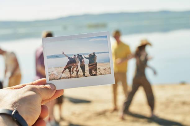 Foto de verano de amigos divirtiéndose - foto de stock