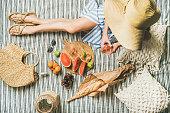 夏の梨花の手、バゲット、フルーツのワイン ピクニック設定
