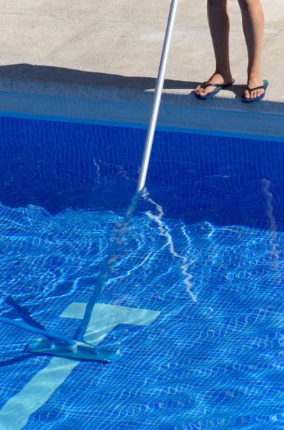 sommer-pool reinigung wartung - flip flops reparieren stock-fotos und bilder