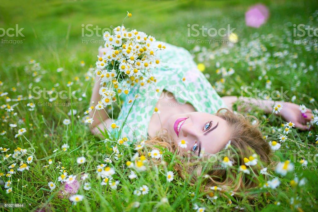 Summer portrait of a girl in the grass Lizenzfreies stock-foto