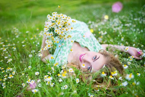 Summer Portrait Of A Girl In The Grass Stockfoto und mehr Bilder von Blume