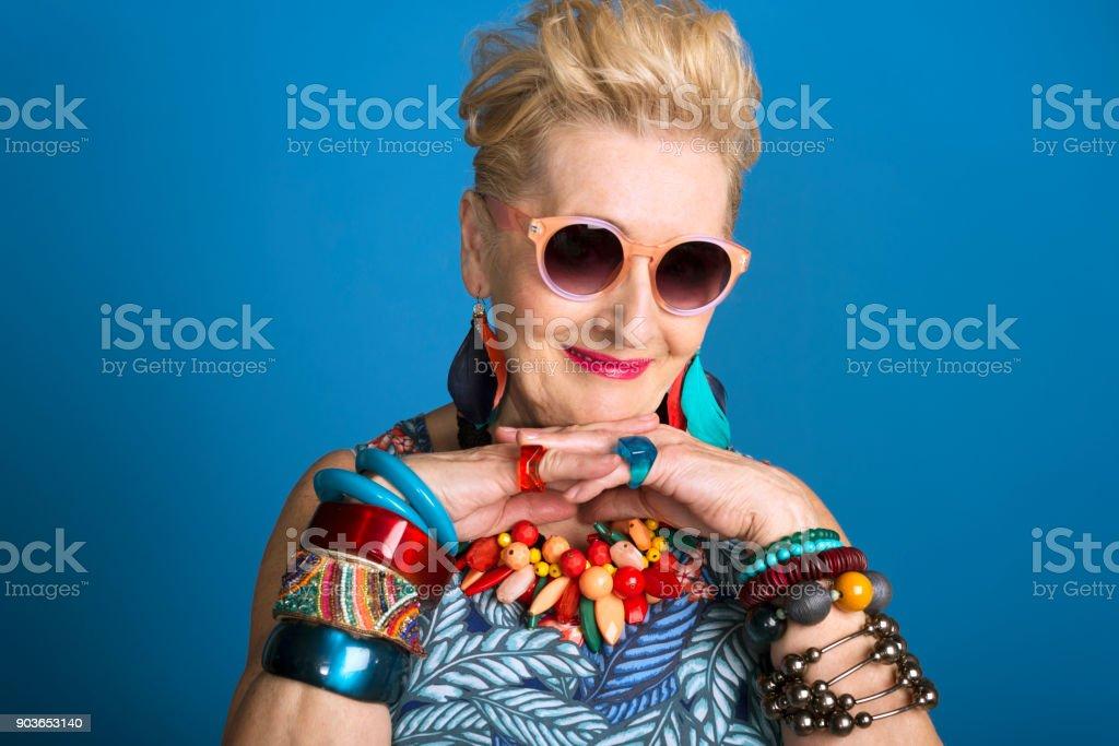 Sommer-Porträt von kreativen senior Frau Lizenzfreies stock-foto