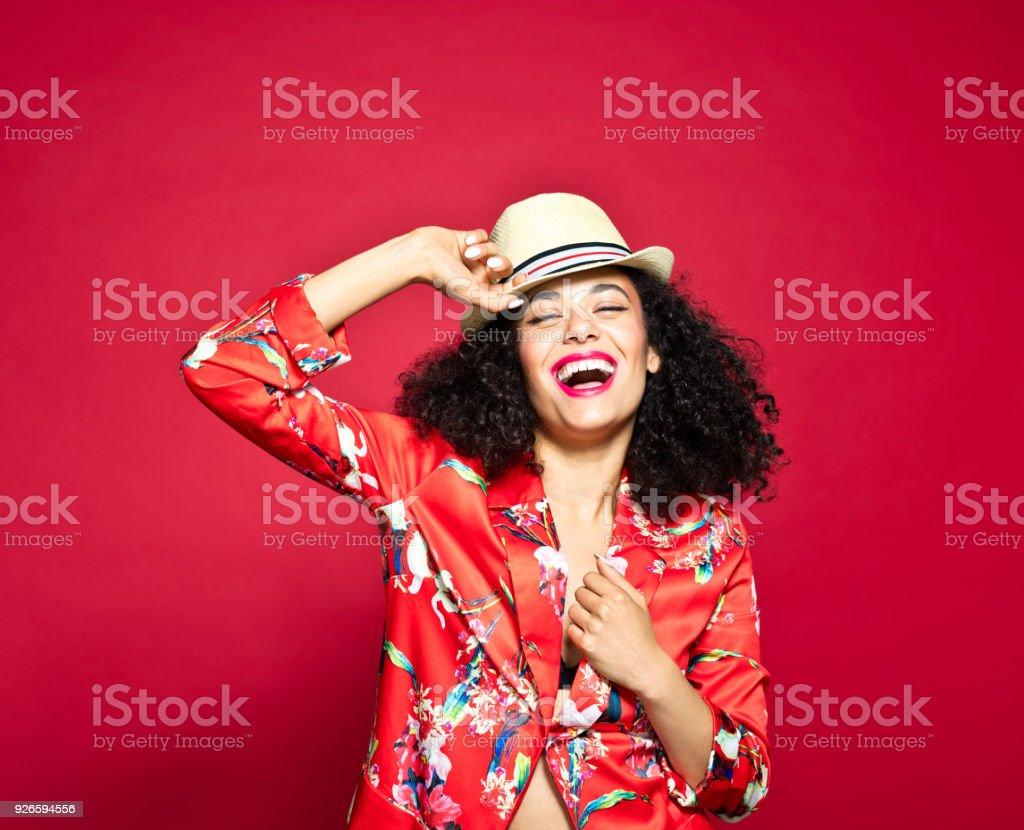Sommer-Porträt von erregte junge Frau vor rotem Hintergrund – Foto