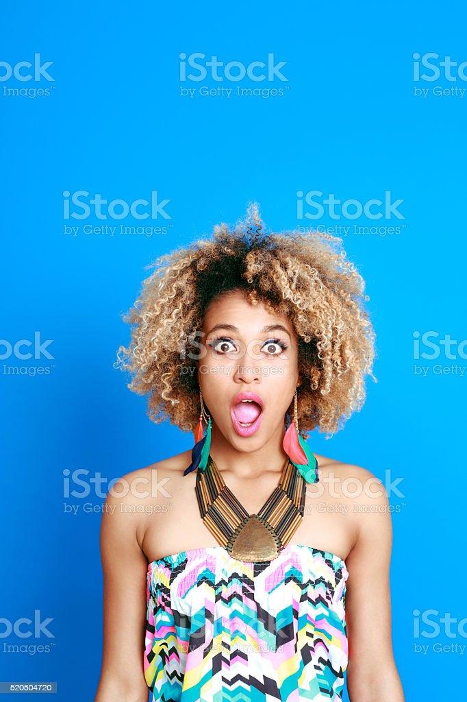 Retrato de verano sorprendido joven mujer afro americano - foto de stock