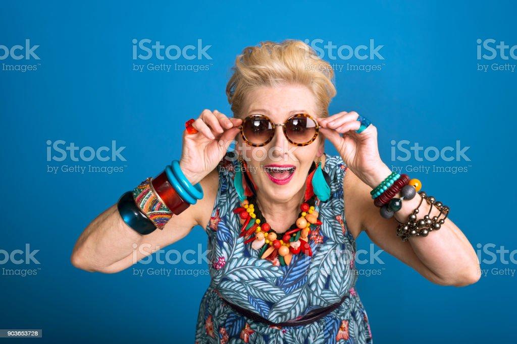 Sommer-Porträt von jung gebliebene ältere Frau – Foto