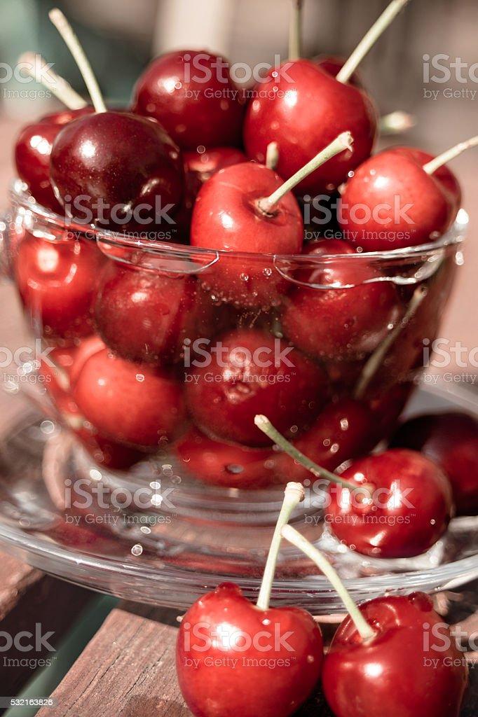 Sommer rote Kirschen in einer Teetasse. – Foto