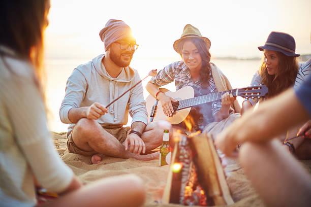 estate-rest - falò spiaggia foto e immagini stock